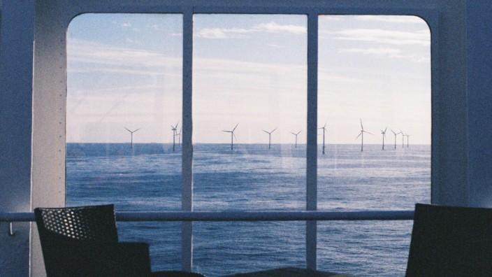 Blick auf einen Offshore Windpark von der Fähre Princess Seaways von Amsterdam nach Newcastle Scho
