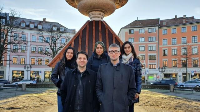 SZ-Serie: Kaum zu glauben, Folge 12 und Ende: Mustafa Yilmaz (vorne rechts), Naba Usama (hinten rechts), Ismail Kuzu und Masite Yilmaz (mit Kopftuch) studieren und leben in München und Garching mit Freunden.