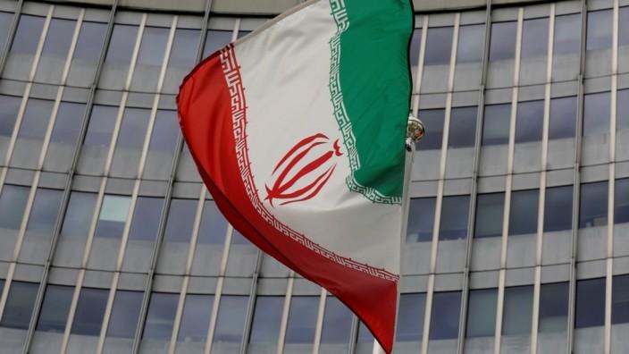 Iranische Flagge vor der Internationalen Atomenergie-Organisation in Wien
