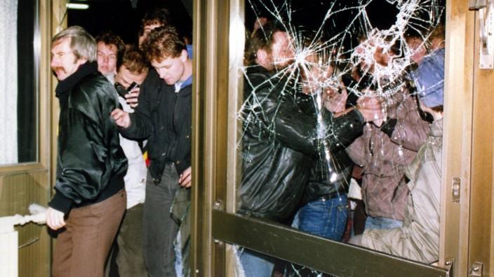 DDR: Demonstranten stürmen am 15. Januar 1990 die Zentrale der Staatssicherheit der DDR in Berlin.