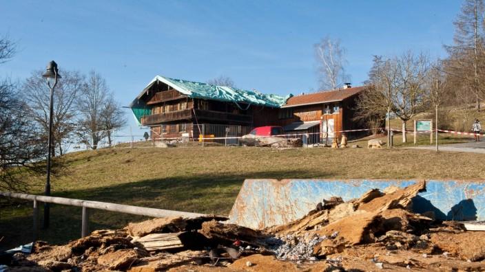 Die Folgen des Feuers: Das Musuem Wald und Umwelt Mitte Januar. Das Dach des Museums wurde durch den Brand nahezu völlig zerstört und ist seitdem provisorisch durch eine Folie geschützt. Kommenden Montag soll eine Behelfskonstruktion montiert werden unter der dann die Aufräumarbeiten beginnen können.