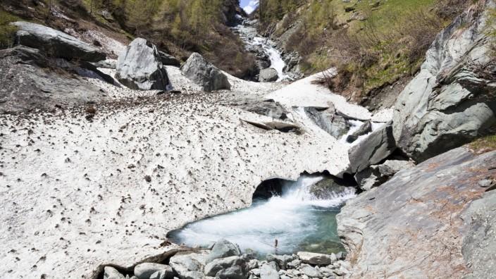 Im Nationalpark Hohe Tauern fließt die Isel in Kaskaden den Berg hinab.