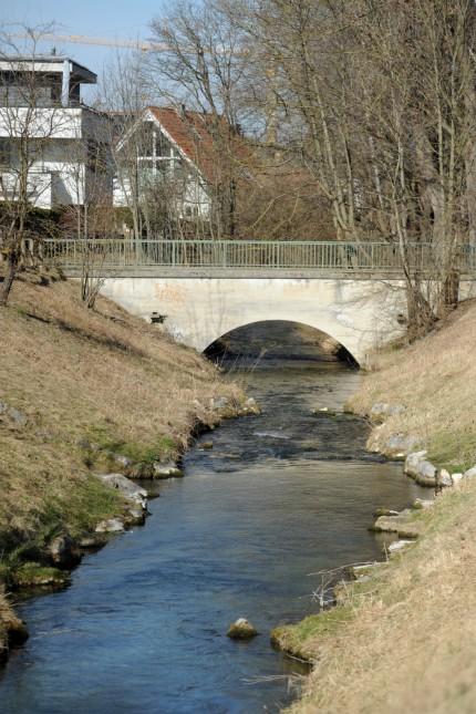 Bogenhausen: Der Hüllgraben, im Bild die Brücke nahe dem Zusammenfluss mit dem Truderinger Hüllgraben, verläuft von Berg am Laim zum Abfanggraben und zum Ismaninger Speichersee.