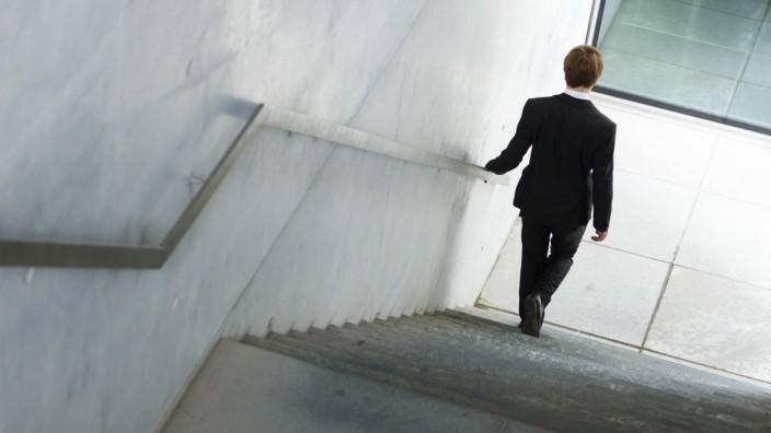 Ein Mann im Anzug geht eine Treppe herunter Berlin 07 08 2014 Model Released Model Release vorha
