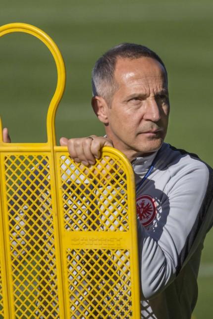 Cheftrainer Adi Huetter Eintracht Frankfurt bei der Vorbereitung des Uebungsplatzes Training Eintr