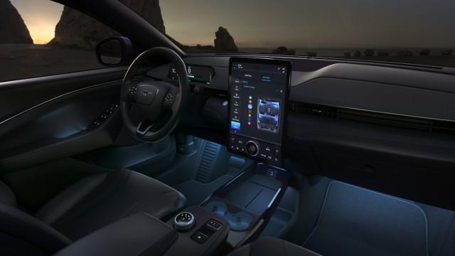 Ford Mustang Mach-E: Das Touchpad im Hochformat erinnert an Tesla.