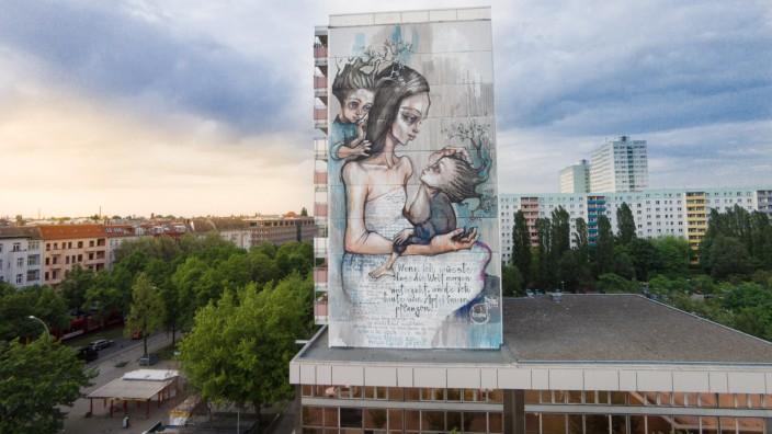 Streetart-Duo HERAKUT erstellt Mural an der Greifswalder Straße, Berlin-Prenzlauer Berg