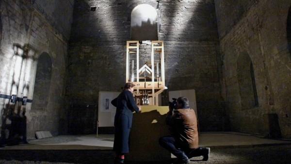 Ein Reporter fotografiert eine Besucherin beim Betrachten der Cage Orgel in der Burchardikirche in H
