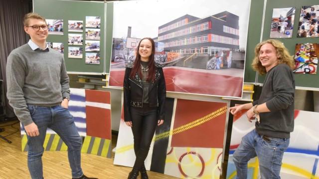 Wie aus Renaissance-Kunst Pop Art wird: Maximilian Messer, Lisa Köber und Lino Klemm präsentieren ihre Werke bei der Kunstausstellung der Q12 bestens gelaunt.