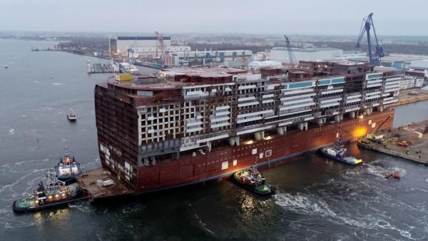 Mittschiff der 'Global Dream' wird ausgedockt