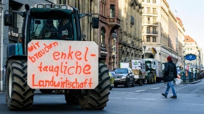 Berlin, Bauernprotest Deutschland, Berlin - 18.01.2020: Im Bild sind traktoren beim Bauernprotest auf Höhe Friedrichstr