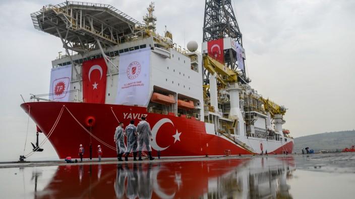 Türkei und Frankreich: Die Türkei macht Ansprüche auf mögliche Gas- und Öl-Lagerstätten im Mittelmeer geltend - das löst immer wieder Streit aus: Türkische Sicherheitskräfte bei Istanbul vor dem Bohrschiff Yavuz.