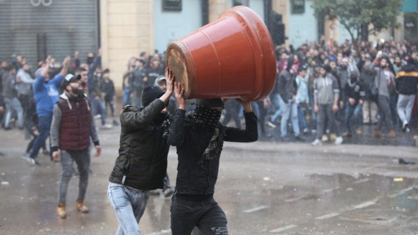 Libanon, Ausschreitungen in Beirut (200118) -- BEIRUT, Jan. 18, 2020 (Xinhua) -- Protesters clash with the riot police i
