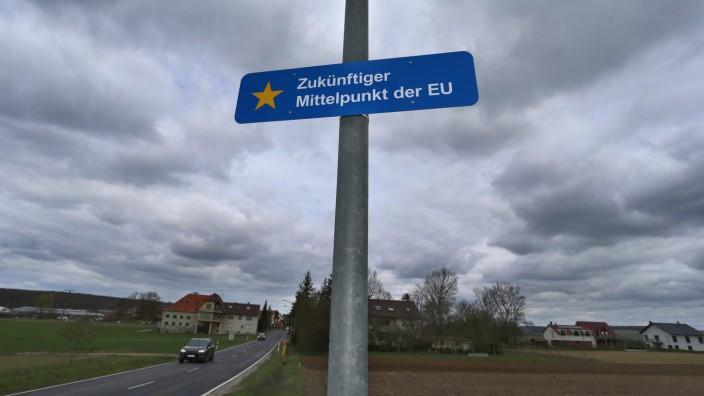 Ein Acker in Gadheim wird nach dem Brexit zur neuen geografischen Mitte der Europäischen Union.