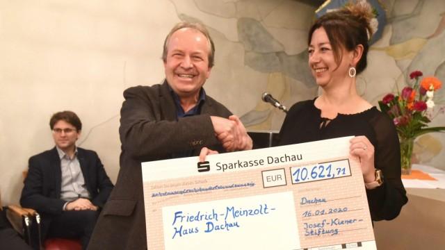 Spende der Josef-Kiener-Stiftung: Vorsitzender Helmut Rez überreichte Heimleiterin Silvia Große heuer einen Scheck über 10.000 Euro.