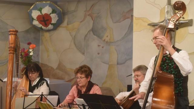 """Spende der Josef-Kiener-Stiftung: Die """"Dachauer Saiten- und Pfeifenmusik""""begleitete den Neujahrsempfang musikalisch."""