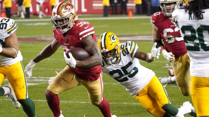 San Francisco 49ers running back Raheem Mostert scores on a 22 yard run against the Green Bay Packers in the third quar
