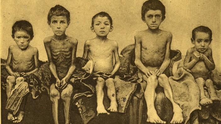 UKRAINE - Famine La famine en Ukraine. Enfants malades de la faim . Photographie anonyme pour une carte postale vers 193