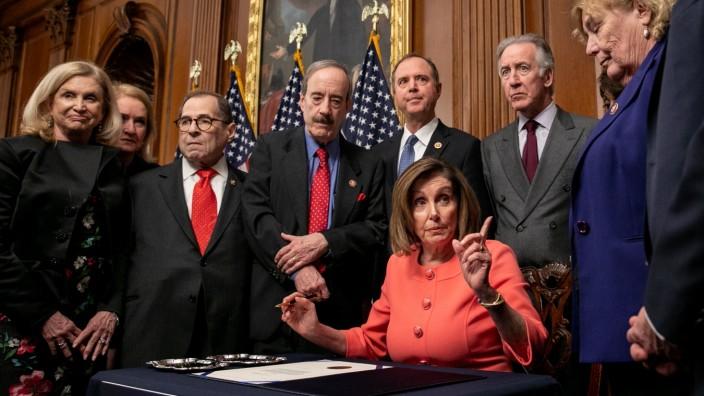 Nancy Pelosi unterschreibt die Anklage-Dokumente im Impeachment-Verfahren gegen Donald Trump