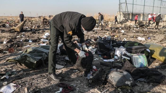 Passagierflugzeug nahe Teheran, Iran, abgestürzt