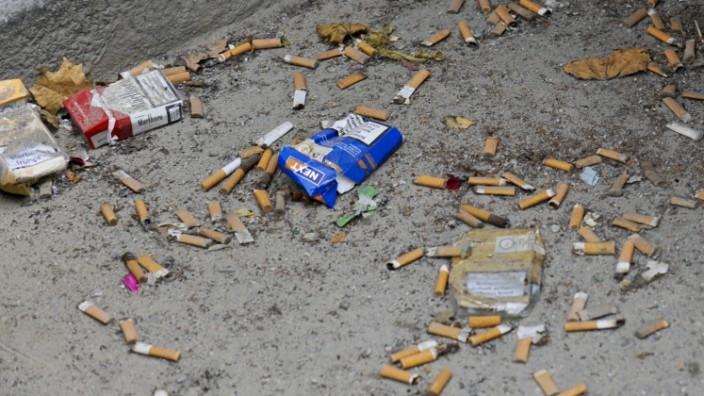 Zigarettenstummel auf der Straße in München, 2011