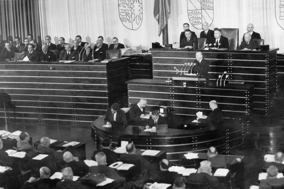 Konrad Adenauer während der Bundestagssitzung zum Schumanplan, 1952