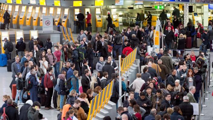 Flughafen Frankfurt: Passagiere warten in der Charterhalle