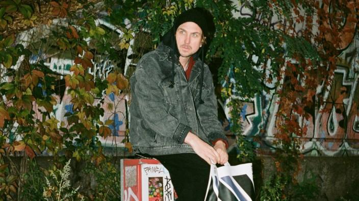Der Schauspieler Lars Eidinger vermarktet eine Luxus-Tüte für 550 Euro