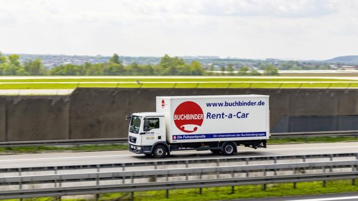 """Lastwagen der Autovermietung """"Buchbinder"""" auf der Autobahn"""