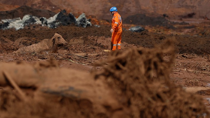 Rettungskraft nach einem Staudamm-Bruch in Brasilien 2019