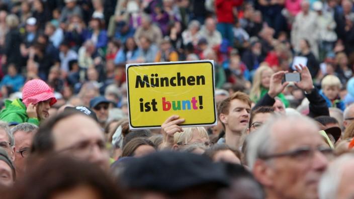 Abschlusskundgebung der Demonstration Ausgehetzt gegen die Politik der Angst von verschiedenen Akt