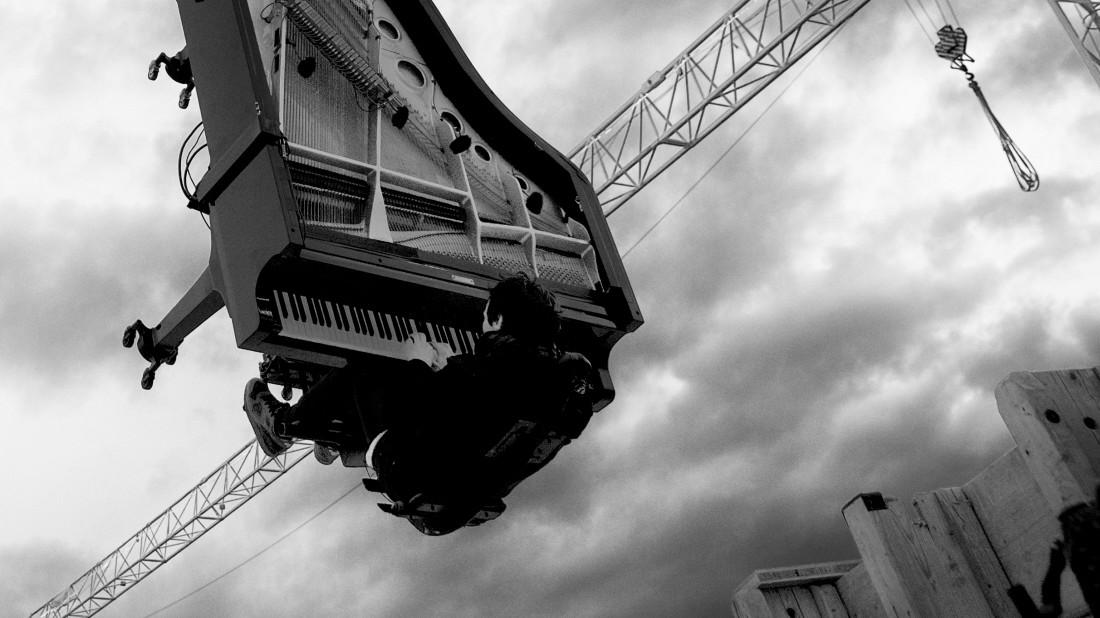 München: Pianist hängt sich samt Klavier an Kran