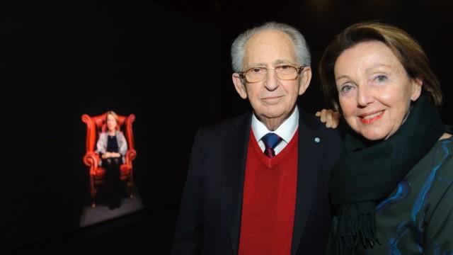 Holocaust-Gedenken: Zeitzeugin Eva Umlauf (rechts) posiert mit Abba Naor und ihrem lebensgroßen 3D-Duplikat.