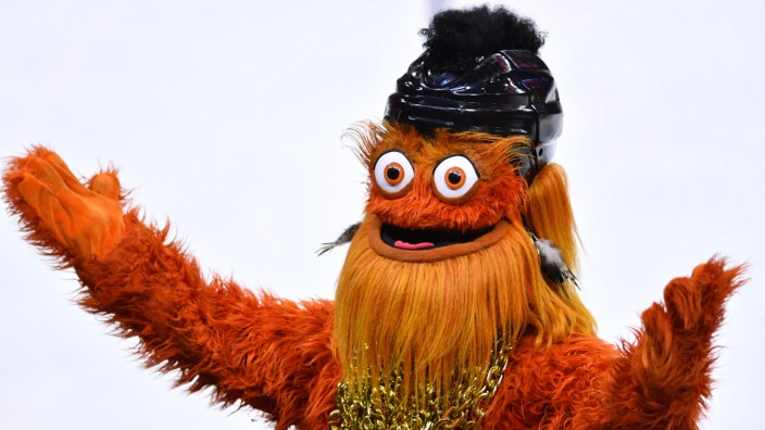Sport Bilder des Tages PHILADELPHIA, PA - JANUARY 18: Flyers mascot Gritty dresses for 80 s night during the game betwee