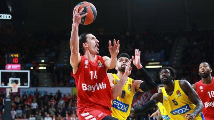 Nihad Djedovic ( mit Ball) (FC Bayern) gegen Bryant (o) und Hunter ( 5) (Maccabi Tel Aviv) / Basketball / EuroLeague / F; imago46242318h