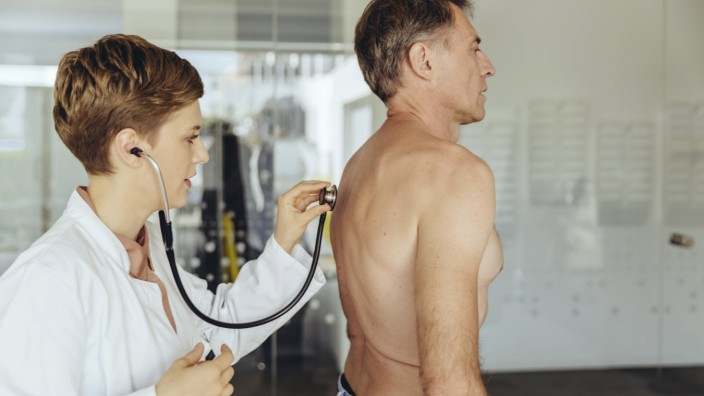 Female doctor examining patient with a stethoscope model released Symbolfoto property released PUBLI
