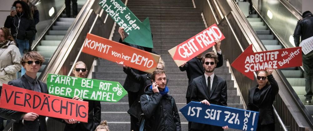 Aktion gegen gegen den Ausbau von Videoüberwachung im öffentlichen Raum am Bahnhof Südkreuz in Berli