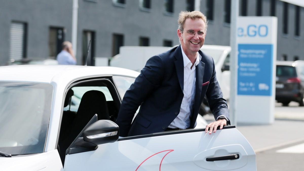 Elektroautos - Auto-Start-up E.Go unter Schutzschirm