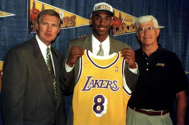Kobe Bryant anlässlich des NBA Drafts 1996 von General Manager Jerry West (li.) und Trainer Del Harris (alle Los Angele; Kobe Bryant Los Angeles