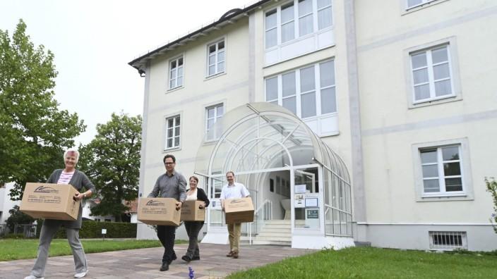 Kommunalwahl in Aschheim: Dass das alte Rathaus abgerissen werden soll, finden nicht alle Kandidaten gut. Das Foto zeigt den Umzug ins Interimsgebäude.
