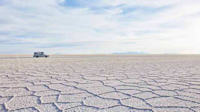 Bolivia Salar de Uyuni camper on salt lake property released PUBLICATIONxINxGERxSUIxAUTxHUNxONLY S