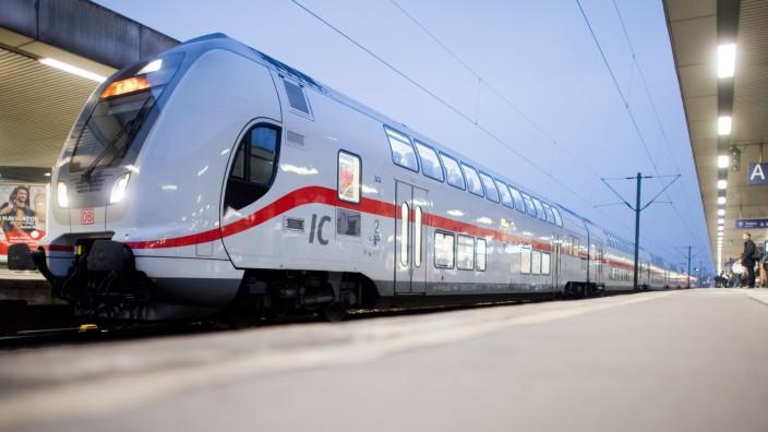 Intercity der Deutschen Bahn im Hauptbahnhof Hannover