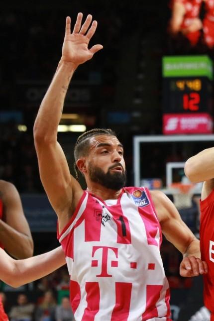 Thomas Bray (FC Bayern) gegen Joshiko Saibou (li.) (Bonn) / Basketball / BBL / FC Bayern München Basketball - Telekom B; Basketball