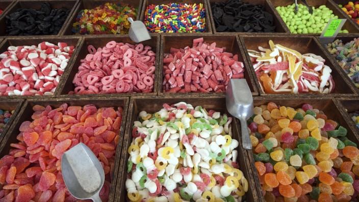 Verschiedene bunte Süßigkeiten Straßenmarkt in S Arenal Mallorca Balearen Spanien Europa *** Va