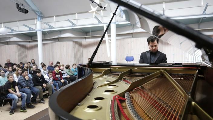 Musikworkshop in Eching: Pianist Burak Cebi hat in Eching zahlreiche Schulkinder an die klassische Musik herangeführt.