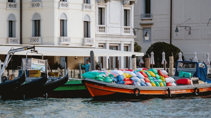 Venedig THEMENBILD - Muell und Muellcontainer werden auf ein kleines Transportschiff verladen, aufgenommen am 05. Oktobe