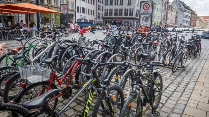 Augsburg: Fahrradständer an der Maximilianstraße