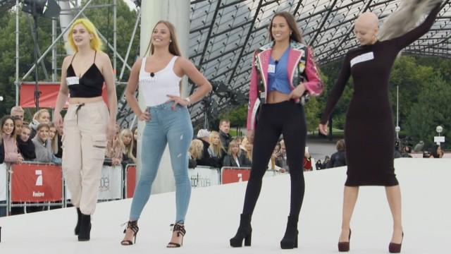 GNTM 2020: Models auf einem Laufsteg im Münchner Olympiapark