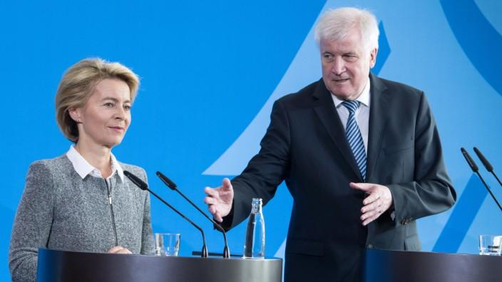 Bundesregierung: Seehofer und von der Leyen bei einer Pressekonferenz 2018