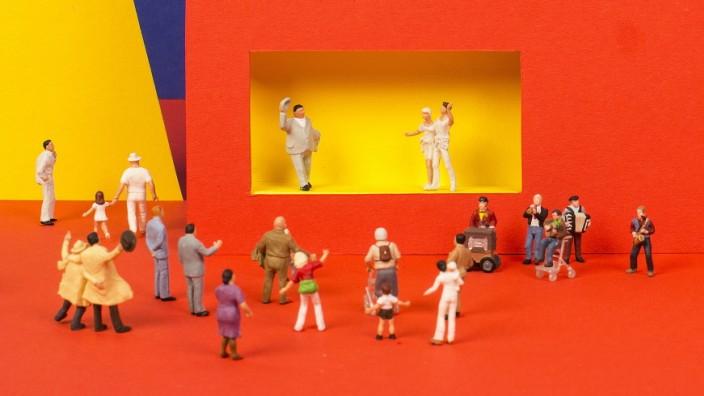 Ein Theaterschauspiel mit Figuren von Modelleisenbahnen.